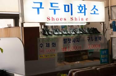 Cireur de chaussures à l'aéroport