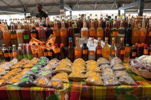 Un beau choix de rhums arrangés et d'épices sur les marchés